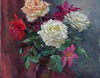 Розы на темно-бордовом фоне