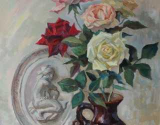 Натюрморт с розами и барельефом